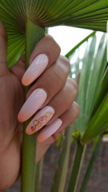 Nail Art roze gelpolish met pigment en art