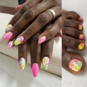 Nail Art - Fel gekleurde gelpolish nagel met stempel