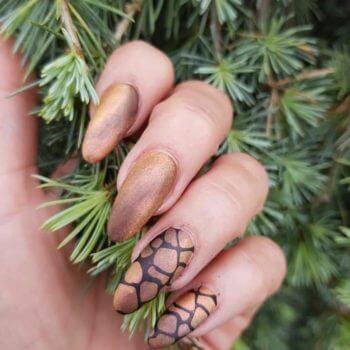 Nail Art - Koper bruine Nail Art nagel met stempel